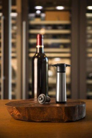 Wein vakuumieren mit einer Weinpumpe